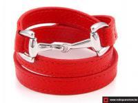 Rood leren armband met zilveren haak sluiting.