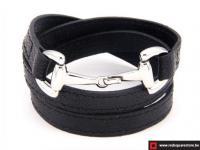 Zwart leren armband met zilveren haak sluiting.