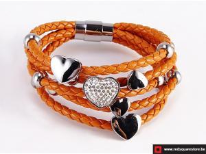 Oranje leren armband met zilveren hartjes.